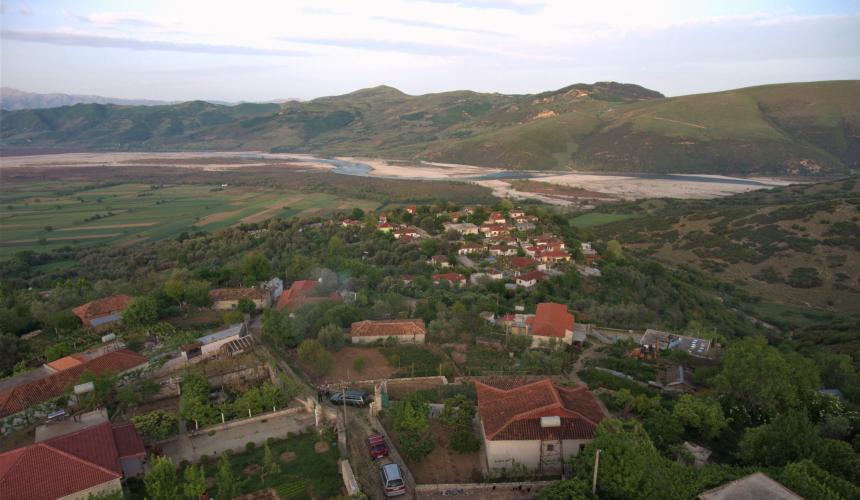 Viel Sonne auf diesen Dächern! Wir wollen dem Dorf, das von dem geplanten Staudamm auf der Vjosa betroffen wäre, helfen energieautark zu werden und zeigen, dass die Vjosa nicht zerstört werden muss © Gregor Subic
