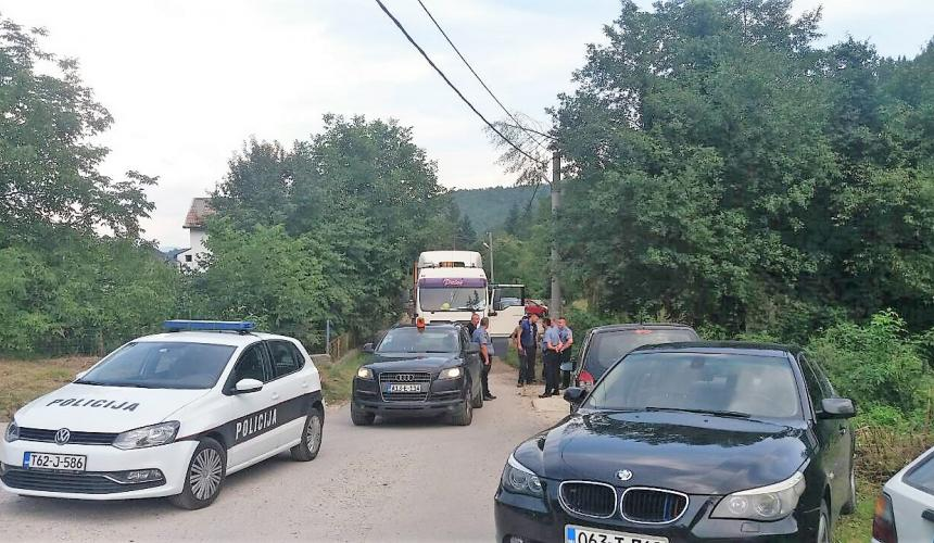 Accompanied by police and with heavy construction machinery, the investor of the planned hydropower plants showed up at the village of Kruščica last Friday. © Abaz Dželilović