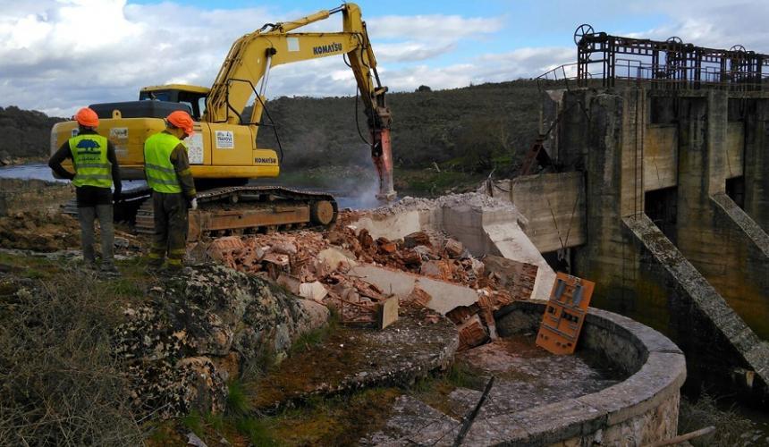 Im April 2018 begann der Abriss des 22 Meter hohen Yecla de Yeltes Damms auf dem Fluss Huebra. 27 Km Flusslauf konnten für bedrohte Fische, Otter, Schildkröten und viele andere Arten gewonnen werden. © Hermann Wanningen