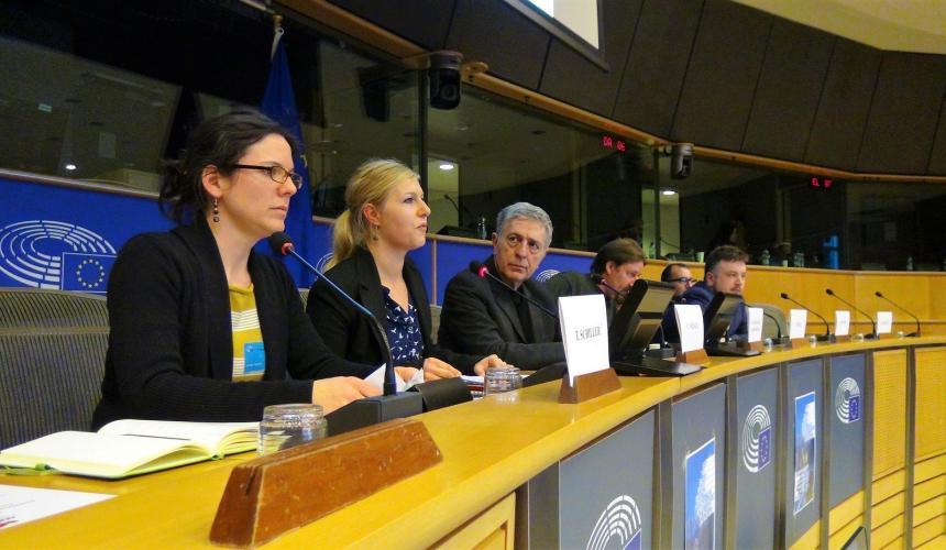 Cornelia Wieser (Riverwatch) und Theresa Schiller (EuroNatur) präsentieren den Öko-Masterplan für Balkanflüsse im Europäischen Parlament © Vasileios Katsardis