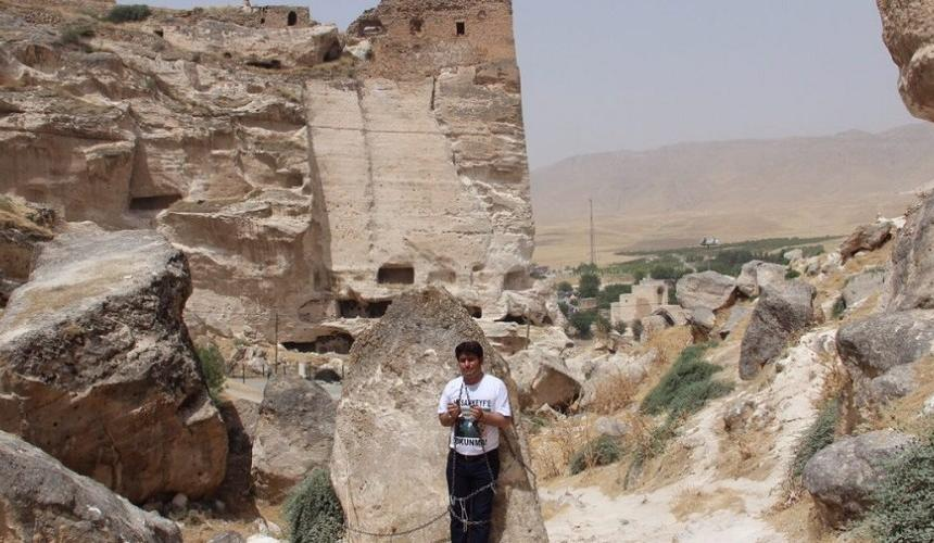 The HDP parliamentarian Mehmet Ali Aslan chained himself to a rock in Hasankeyf for 2 days in ordert o protest against the demolition of  human-formed rocks © Initiative to Keep Hasankeyf Alive