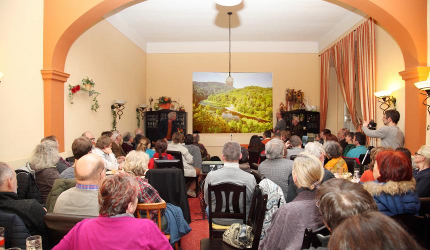 Bei der Veranstaltung in Gars wurde wurde bis spät in die Abendstunden diskutiert. © Riverwatch
