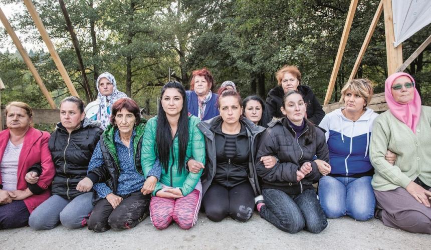 Die tapferen Frauen von Kruščica auf der Brücke im Oktober 2017. © Andrew Burr
