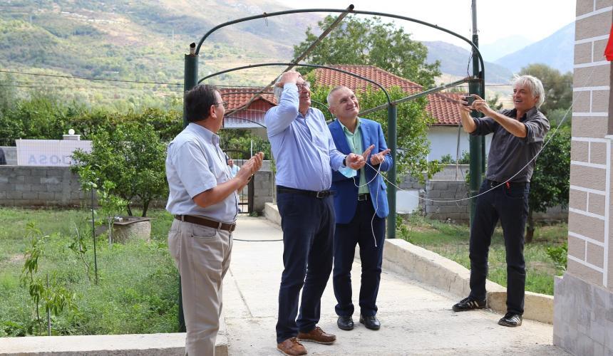 Moment der Überraschung: Prof. Schiemer war bis zur Enthüllung völlig ahnungslos, dass das Vjosa-Forschunszentrum seinen Namen trägt. © Taulant Haxhiasi