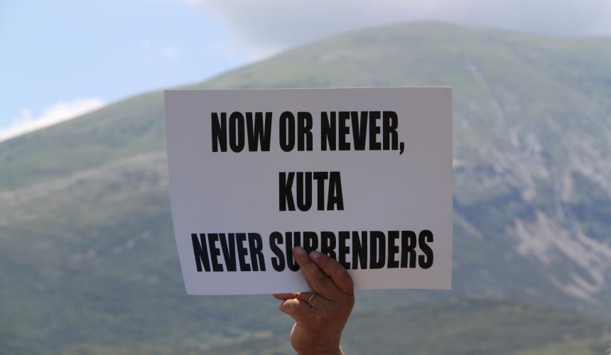 Das Dorf Kutë will nicht, dass die Vjosa gestaut wird. Sie kämpfen gegen das Wasserkraftprojekt. © Andreas Götz