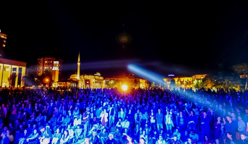 Mehr als 4000 Besucher am Vjosa Konzert am Hauptplatz in Tirana © Adrian Guri