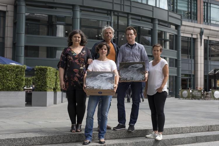 """Vertreter der Kampagne """"Save the Blue Heart of Europe"""" vor der Zentrale der Londoner EBWE-Bank. Mit dabei: 120.000 Unterschriften. © Jason Alden, Patagonia"""