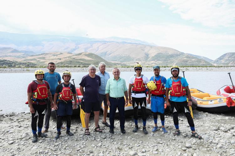Der Präsident Albaniens Ilir Meta und die Wissenschaftler am Ufer der Vjosa. Gemeinsam erheben sie ihre Stimme gegen den geplanten Kalivaç-Staudamm und für die Idee eines Vjosa-Nationalparks. © Official photos from Albanian Presidency