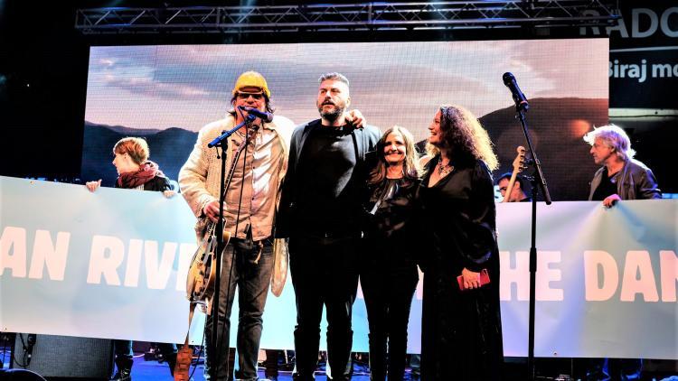 Gemeinsame Performance aller Künstler zum Abschluss des Balkan Rivers Konzerts. © Nick St. Oegger