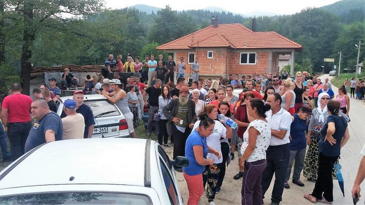 The villagers were alerted quickly and blocked access to the river. © Abaz Dželilović