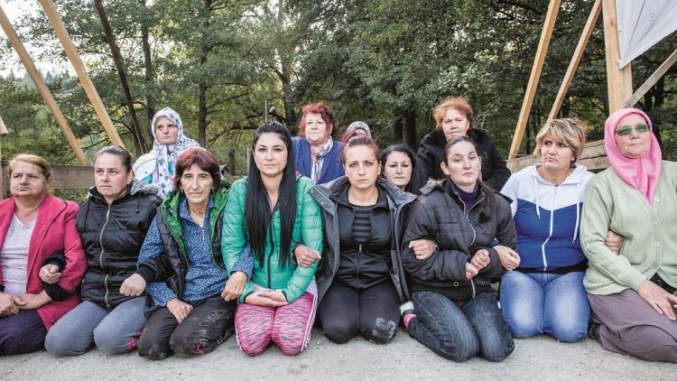Die mutigen und entschlossenen Frauen von Kruščica, die diese Brücke 24 Stunde am Tag, über 200 Tage hinweg besetzt halten um den Bau eines Wasserkraftwerks zu verhindern. Nun brauchen sie für einen Tag deine Hilfe. © Andrew Burr