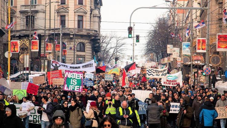 Etwa 5000 Personen demonstrierten am Sonntag in Belgrad gegen den geplanten Bau von hunderten Wasserkraftwerken in Serbien © Radomir Duvnjak
