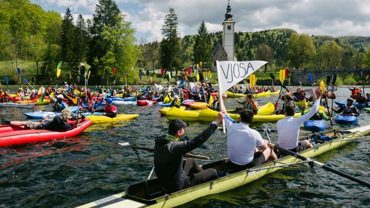 Etwa 150 Paddler haben heute die Balkan Rivers Tour am Bohinjsee in Slowenien eröffnet. © Jan Pirnat