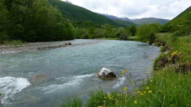 Der Fluss Radika im Mavrovo Nationalpark wäre von der Wasserabführung und dem täglichen Schwallbetrieb des Wasserkraftwerks Boskov Most betroffen © Theresa Schiller/EuroNatur