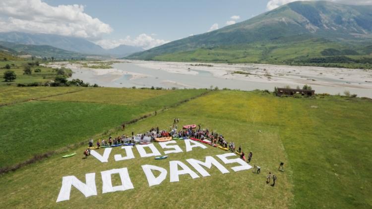 Vjosa, no dams! Etwa 150 Personen versammelten sich heute an der Vjosa um diesen Appell an den albanischen Premierminister Edi Rama zu richten. © Oblak Aljaz