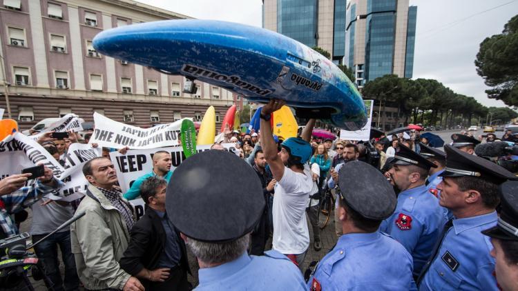 Es war geplant, dem albanischen Premierminister Edi Rama eine Kajak-Petition mit mehr als 1.000 Unterschriften zu übergeben. Rama weigerte sich, die Petition entgegen zu nehmen. © Andrew Burr
