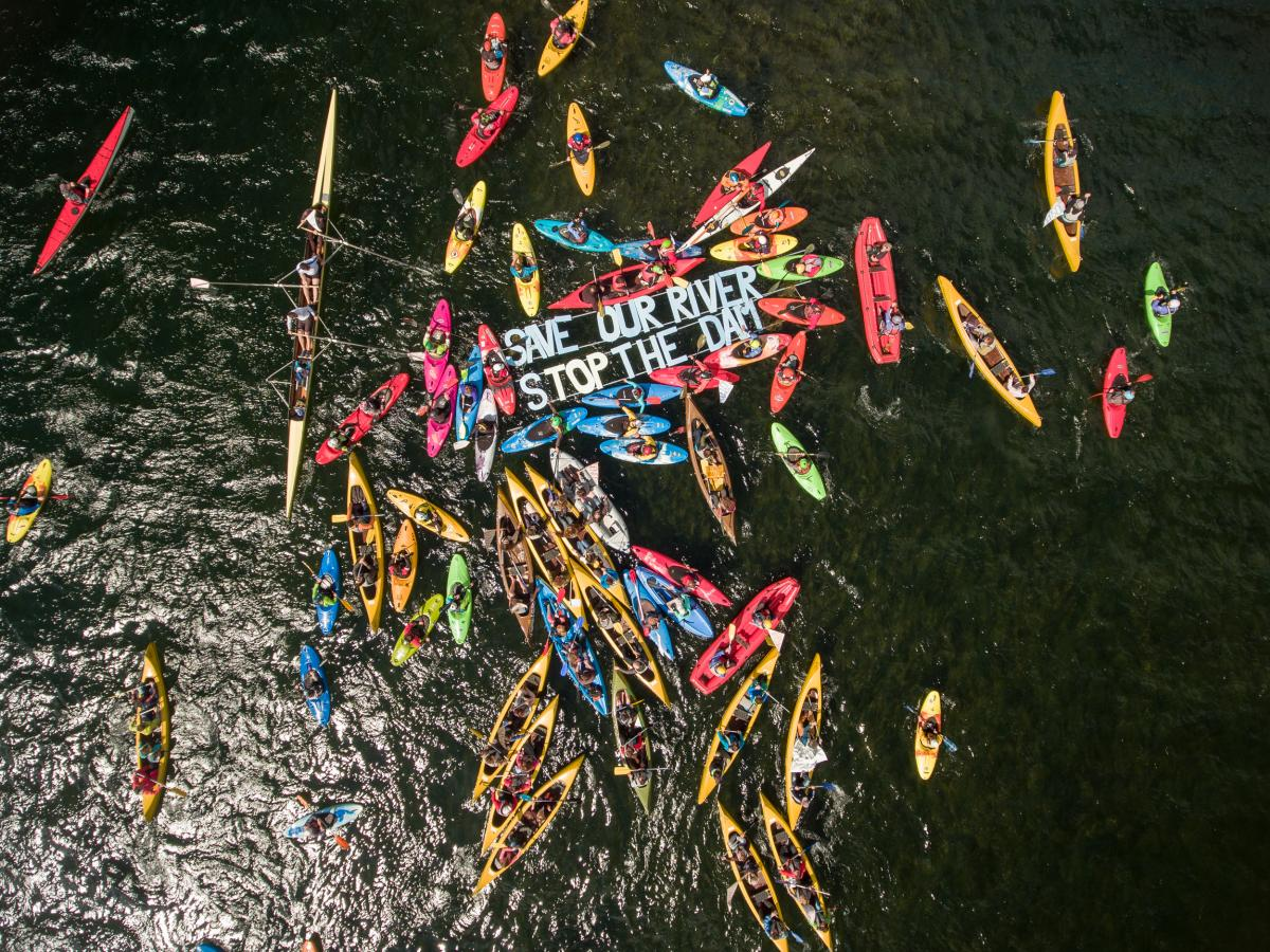 Etwa 150 Paddler haben heute die Balkan Rivers Tour am Bohinjsee in Slowenien eröffnet. © Matic Oblak