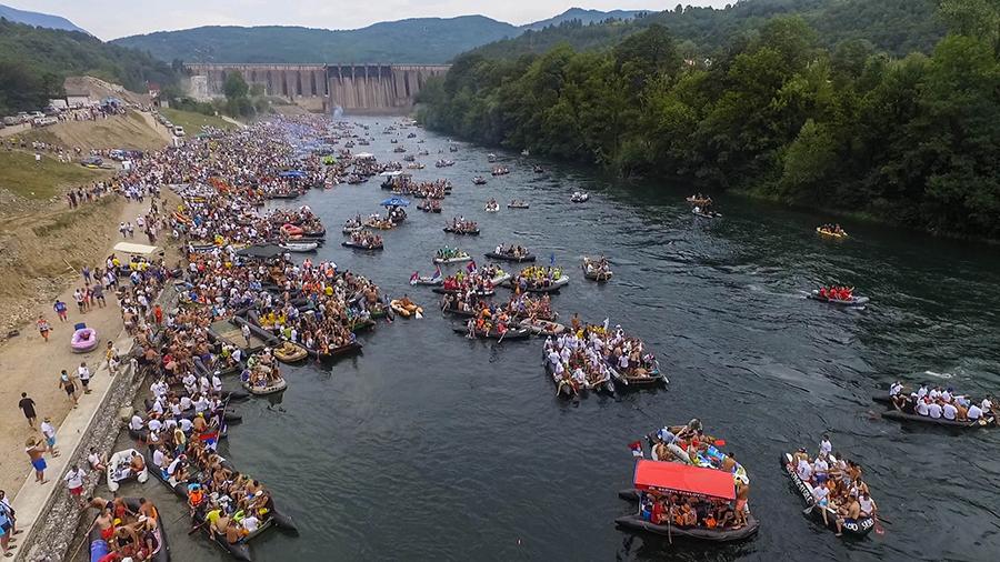 Größter Fluss-Event in Europa: 20.000 Menschen nahmen an der diesjährigen Drina Regatta teil, die unterhalb des 90 Meter hohen Bajina Basta Staudammes startete. @ Dušan Mićić