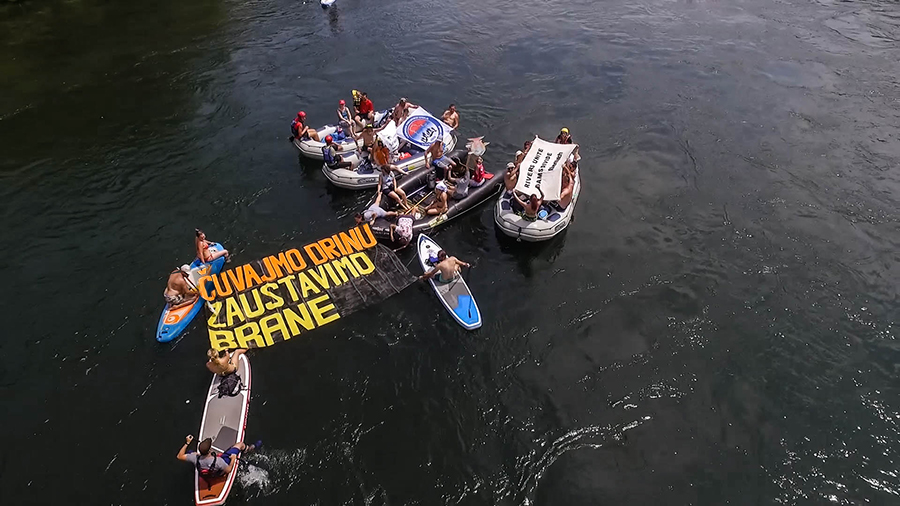 """Naturschutzgruppen und Angelverbände nutzten die Drina Regatta erstmals um gegen geplante Staudämme zu protestieren. In großen Buchstaben trieb der Slogan """"Sačuvajmo Drinu, zaustavimo brane!"""" (""""Rettet die Drina, stoppt die Staudämme!"""") den Fluss hinab. @ Dušan Mićić"""
