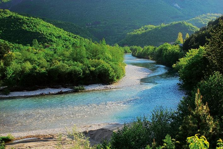 3.Die Neretva in Bosnien-Herzegowina ist mit ihren Zuflüssen einer der wichtigsten Fisch-Hoptspots auf dem Balkan und in ganz Europa. 17 seltene und bedrohte Fischarten leben hier. Die EU erwägt den Bau von zwei Großstaudämmen in der Neretva zu fördern. Das hätte verheerende Folgen, u.a. für die hochgradig gefährdete Weichmaulforelle. © A. Vorauer