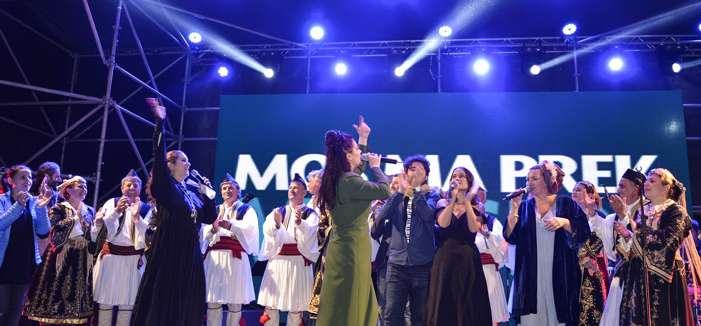 The grand finale – all singers sing together for the protection of Europe's last wild river © Moris Rama