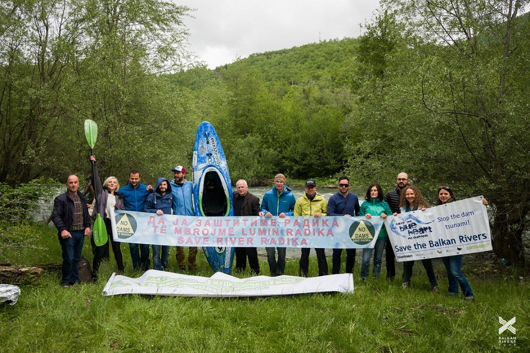Protest gegen die geplanten Wasserkraftwerke im Mavrovo Nationalpark. Neben dem Balkan Rivers Tour-Team auch Anwohner dabei. © Jan Pirnat