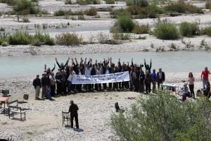 Ca. 70 Personen nahmen an der Pressekonferenz auf der Insel der Vjosa teil. Darunter auch die Bürgermeister der Anrainerstädte Qesarat, Permet und Tepelena. Alle drei sprachen sich für einen Vjosa Nationalpark und gegen die geplanten Staudämme aus. Photo: Adrian Guri