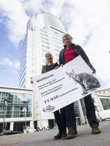 Protest vor Weltbankzentrale in Wien. Vertreter von Riverwatch (Cornelia Wieser und Ulrich Eichelmann) überreichen 77.930 Unterschriften gegen geplante Finanzierung von Staudämmen im Mavrovo Nationalpark in Mazedonien. © Martin Juen