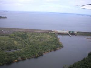 Stausee Balbina nördlich von Manaus/Brasilien. 230.000 Hektar Urwald verrotten in diesem Stausee. Balbina produziert 20 mal mehr Klima schädigende Gase (Kohlendioxid und Methangas) als ein Kohlekraftwerk mit gleicher Leistung