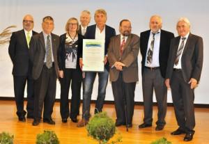 Hauptpreisträger Ulrich Eichelmann mit Bindingpreis Kuratorium. Foto: Klaus Schädler