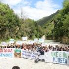Protest gegen den Bau eines Wasserkraftwerks. Die Bence - ein Zufluss zur Vjosa - ist einer der schönsten Flüsse Albaniens. 95% des Wassers sollen in Pipelines abgeleitet werden. Foto: Ervis Loçe