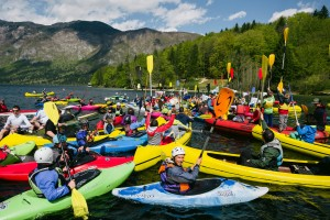 Paddler versammelten sich am See um gegen den drohenden Staudammwahn am Balkan zu protestieren. © Jan Pirnat