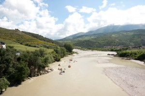 Am letzten Kajaktag der Balkan Rivers Tour paddelten die Teilnehmer die Königen der Flüsse in Europa: die Vjosa in Albanien © Oblak Aljaz
