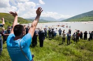 Vjosa, Albanien: Paddler werden von zahlreichen Personen begrüßt, darunter Anrainer, Politiker, Musiker, Vertreter von Naturschutzorganisationen. © Jan Pirnat