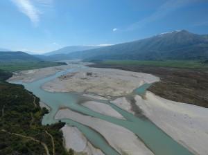 Die Vjosa in Albanien ist der letzte große Wildfluss Europas außerhalb Russlands. Dieser Fluss ist bislang weitgehend unerforscht. Dennoch soll hier ein Stausee entstehen. © Gregor Šubic