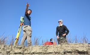 Vermessung der Welt: Christoph Hauer (right) und sein albanischer Kollege Klodian Skrame/Polytechnische Uni Tirana (links) vermessen erstmals das Flussbett der Vjosa. © jens-steingaesser.de